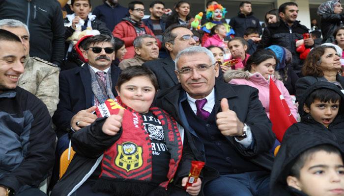 Başkan Güder, YMS-Keçiörengücü Maçını Özel Çocuklarla Birlikte İzledi