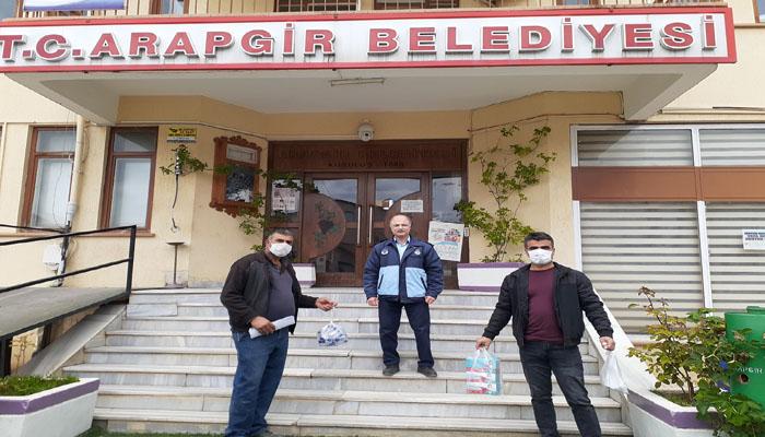 Arapgir Belediyesi Muhtarlara Maske Dağıttı